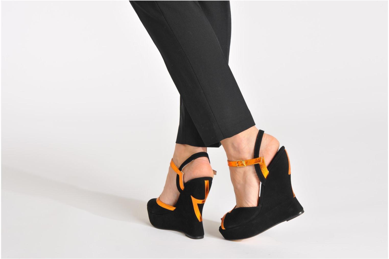 Sandales et nu-pieds Terry de Havilland Izzy Noir vue bas / vue portée sac