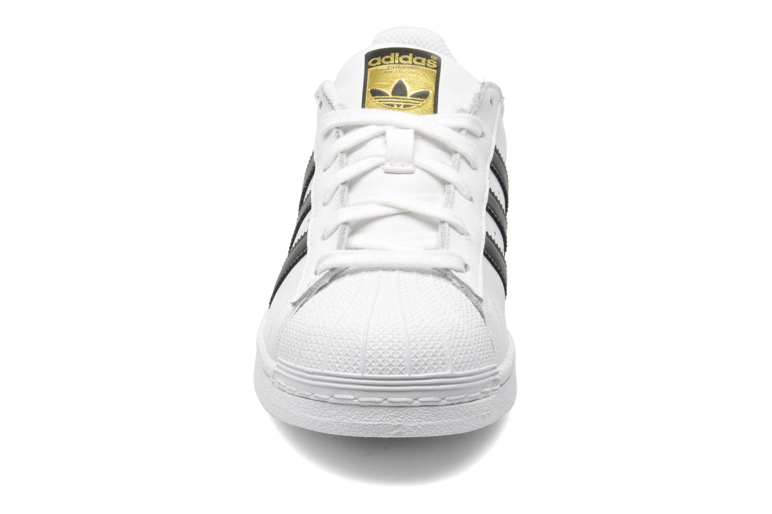 Sneakers Adidas Originals SUPERSTAR J Bianco modello indossato