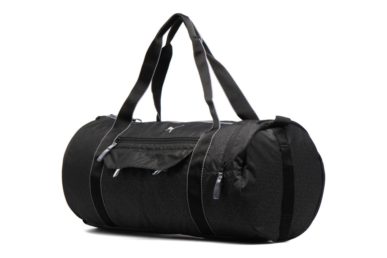 Bolsas de deporte Puma Fit AT Sports Duffle Negro vista del modelo