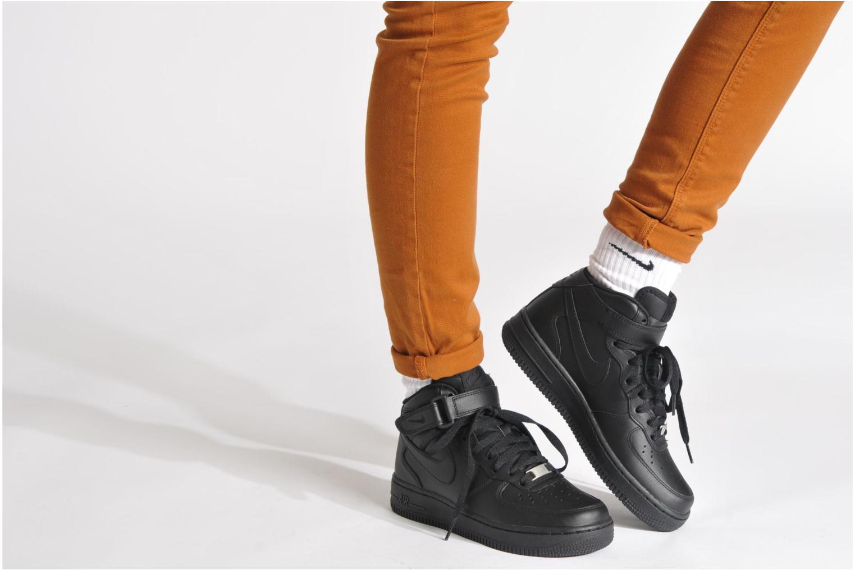 Baskets Nike Wmns Air Force 1 Mid '07 Le Noir vue bas / vue portée sac