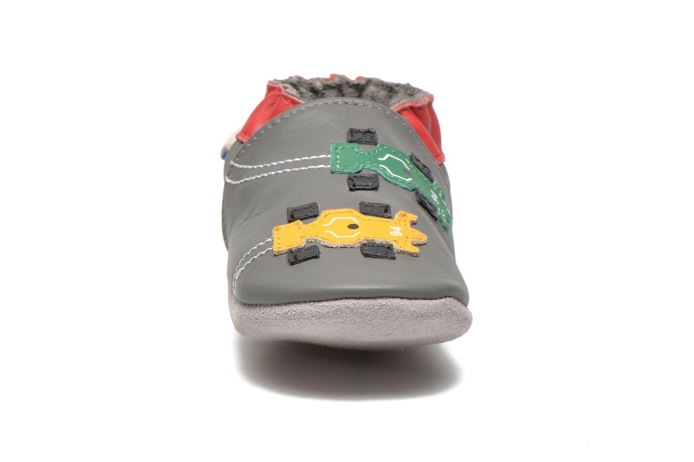 Chaussons Robeez Racing Gris vue portées chaussures