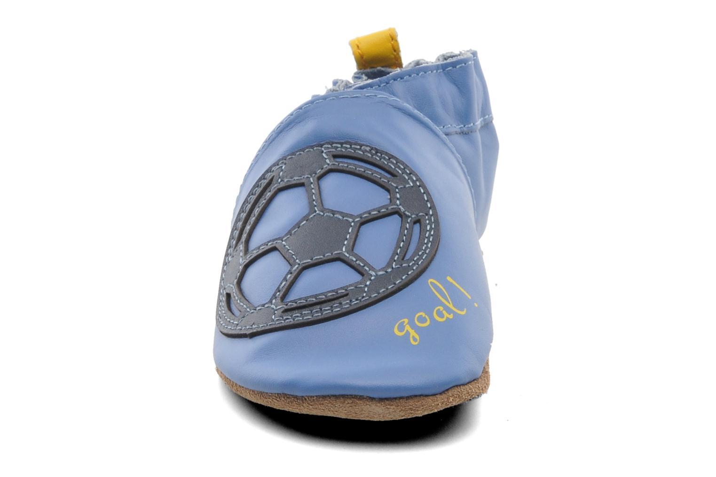 Pantuflas Robeez Soccer Boy Azul vista del modelo
