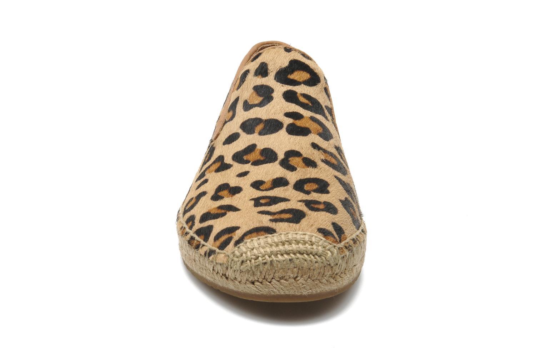 Alpargatas UGG Sandrinne Calf Hair Leopard Marrón vista del modelo