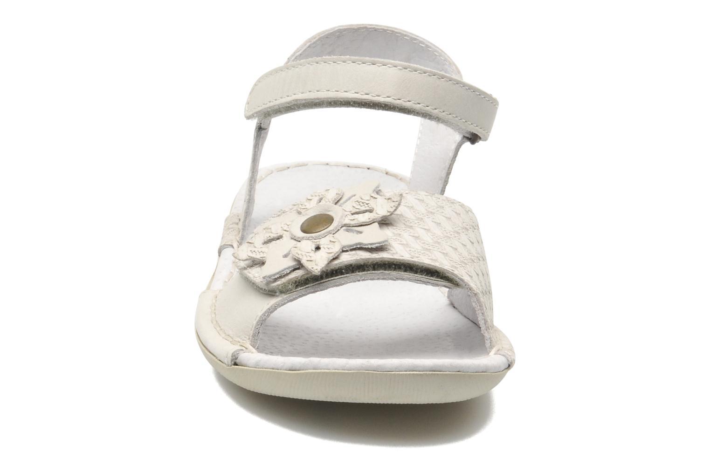 Sandales et nu-pieds Kickers EVANA Blanc vue portées chaussures