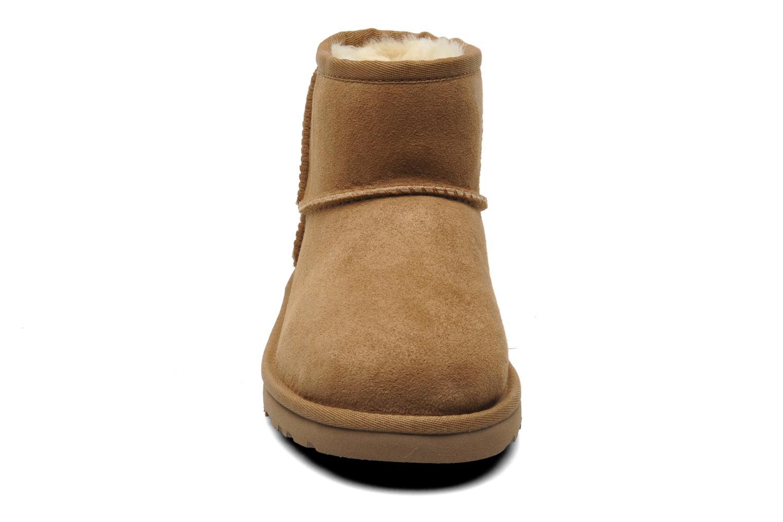 Bottines et boots UGG K CLASSIC MINI Beige vue portées chaussures