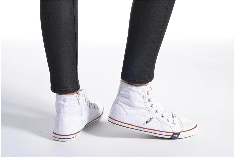 Sneaker Mustang shoes Mavon weiß ansicht von unten / tasche getragen