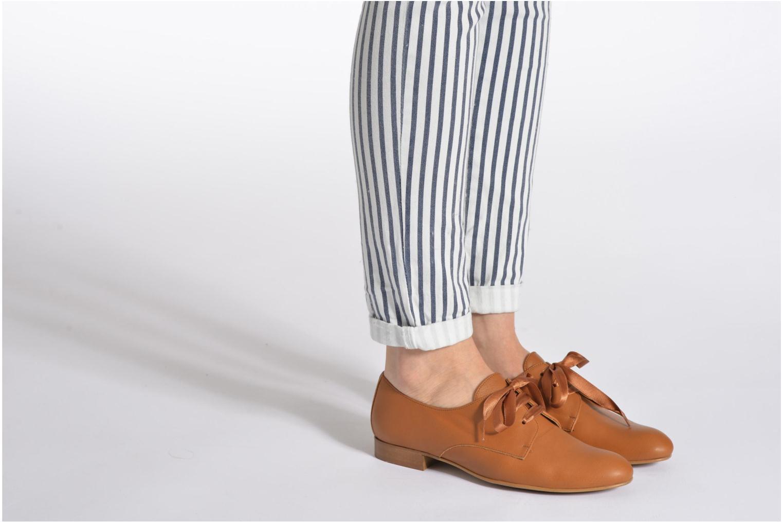 Chaussures à lacets Georgia Rose Amuk Marron vue bas / vue portée sac