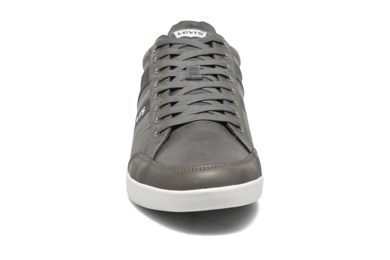 Sneakers Levi's Turlock Refresh Grigio modello indossato