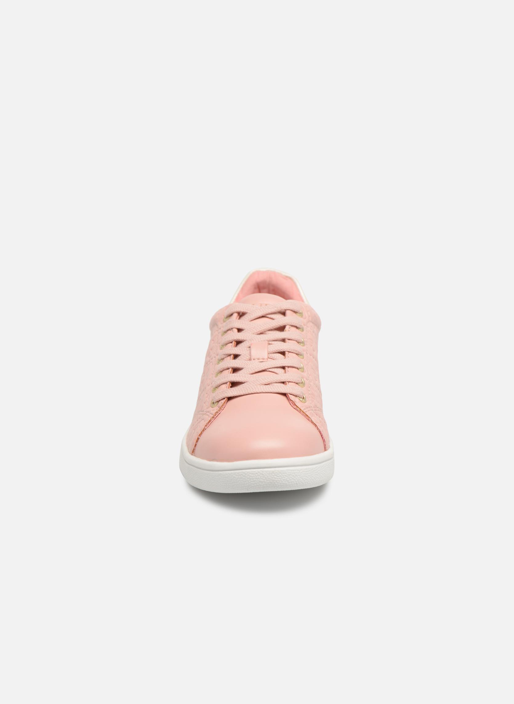 Sneakers Guess Super Rosa modello indossato