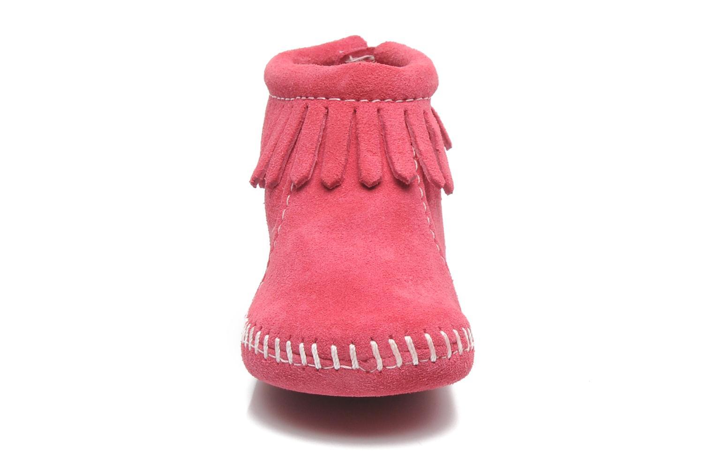 Chaussons Minnetonka Back Flap Bootie Rose vue portées chaussures