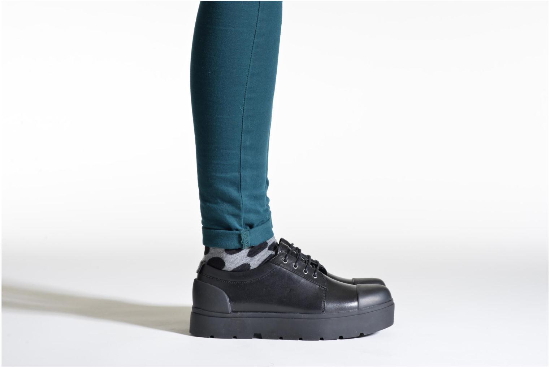 Sneaker Camper Vintar 21993 schwarz ansicht von unten / tasche getragen