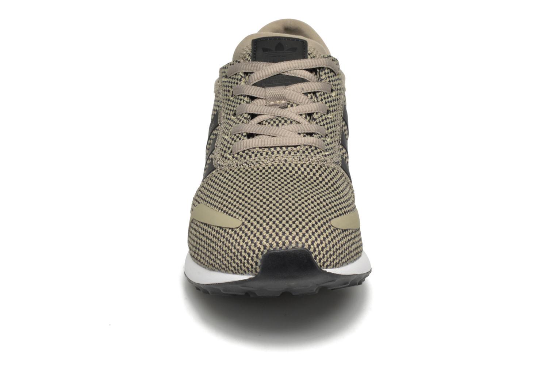 Baskets Adidas Originals Los Angeles Vert vue portées chaussures