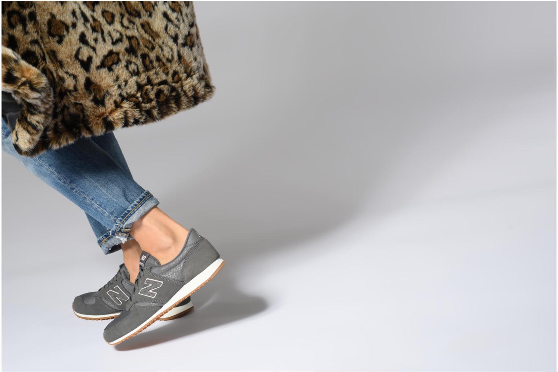 Sneaker New Balance WL420 grau ansicht von unten / tasche getragen