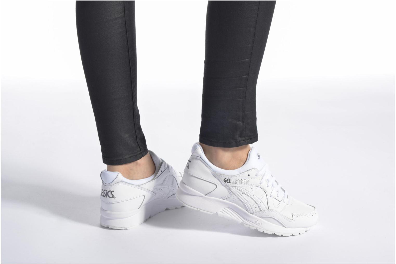 Sneaker Asics Gel-Lyte V W weiß ansicht von unten / tasche getragen