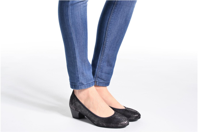 Pumps Jana shoes Danina schwarz ansicht von unten / tasche getragen