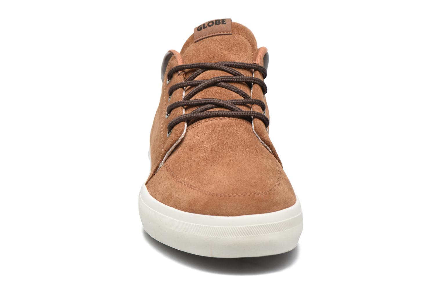 Sneakers Globe Gs Chukka Marrone modello indossato