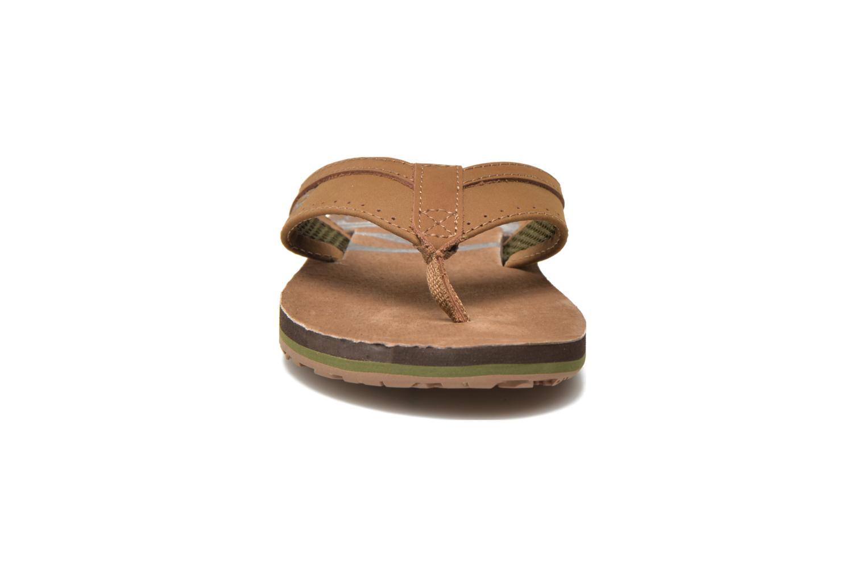 Tongs Globe Base Marron vue portées chaussures
