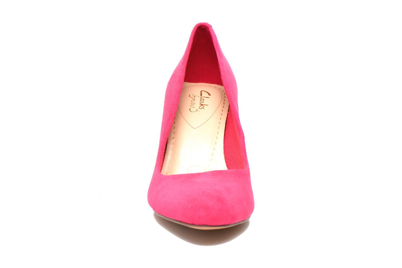 Zapatos de tacón Clarks Carlita Cove Rosa vista del modelo