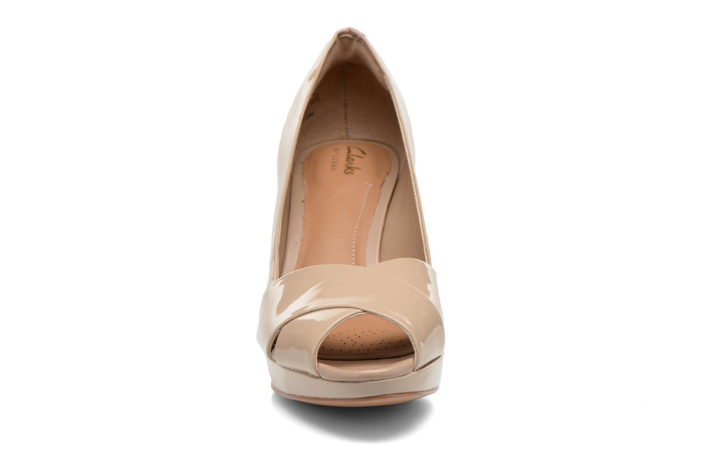 Zapatos de tacón Clarks Jenness Cloud Beige vista del modelo