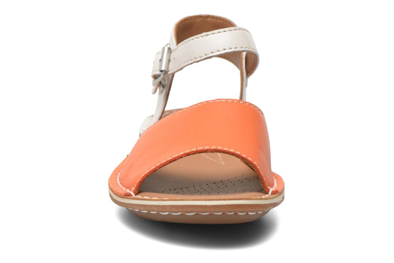 Sandali e scarpe aperte Clarks Tustin Sinitta Arancione modello indossato
