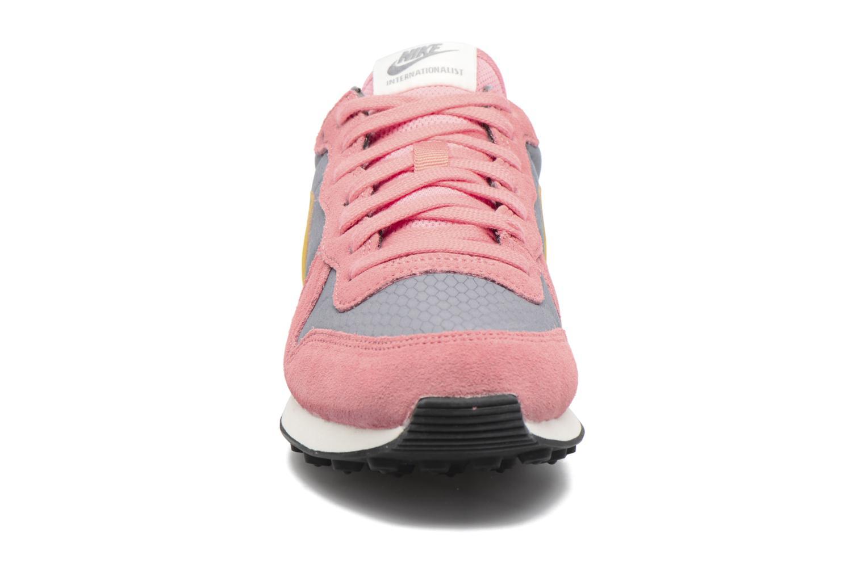 Deportivas Nike Wmns Internationalist Rosa vista del modelo