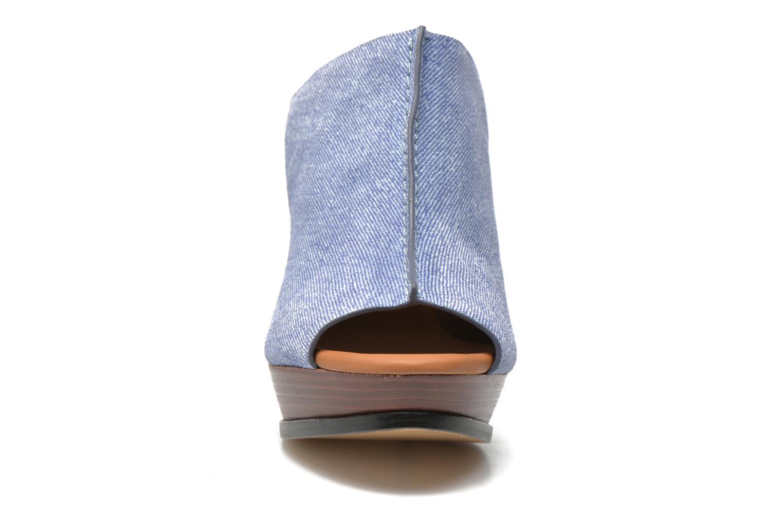Zuecos See by Chloé Till Azul vista del modelo
