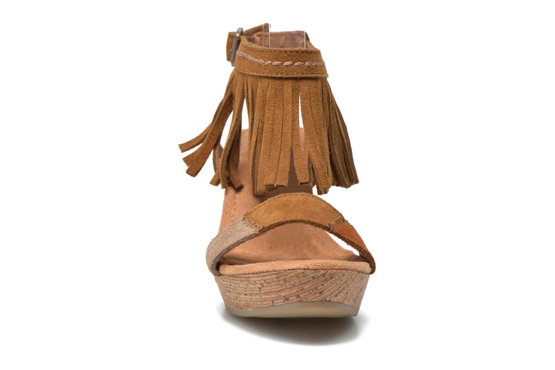Sandales et nu-pieds Minnetonka Poppy Marron vue portées chaussures