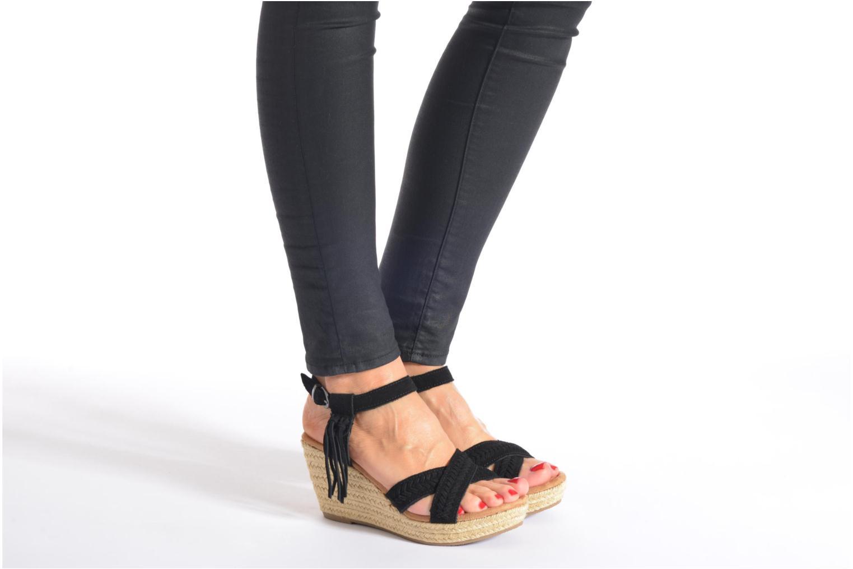 Sandalen Minnetonka Naomi schwarz ansicht von unten / tasche getragen