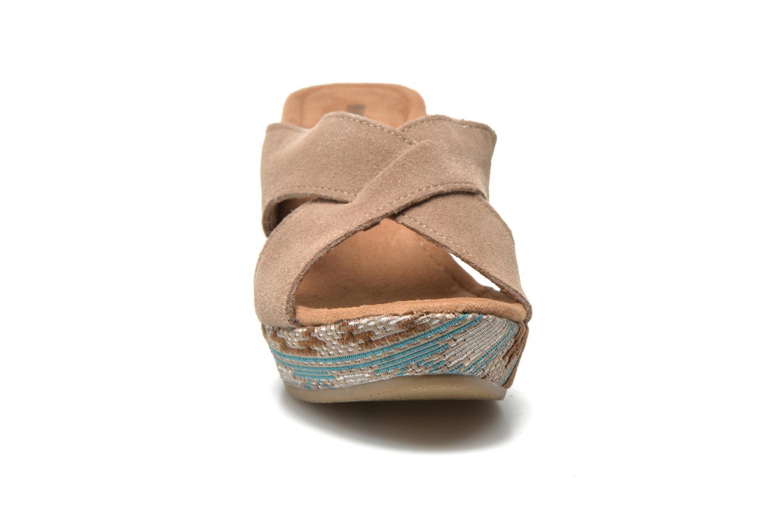 Mules et sabots Minnetonka Kylie Beige vue portées chaussures