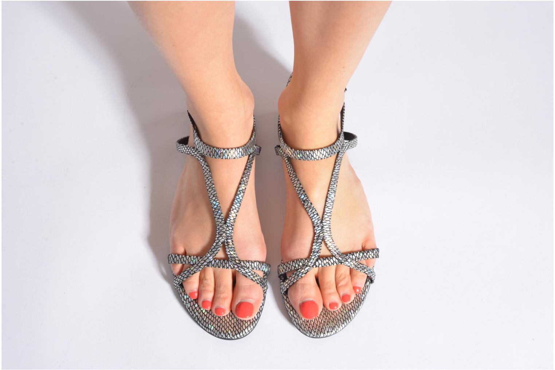 Sandalen Guess Jalen silber ansicht von unten / tasche getragen