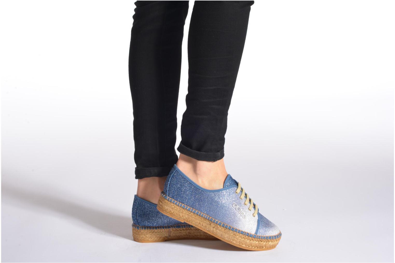 Sneaker Guess Renan braun ansicht von unten / tasche getragen