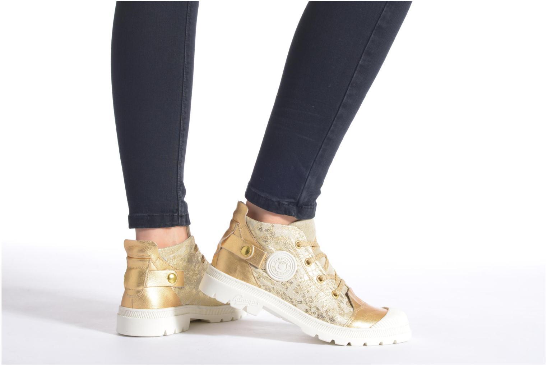 Sneaker Pataugas Aix/CA gold/bronze ansicht von unten / tasche getragen