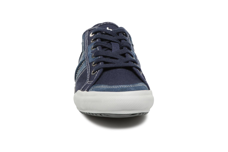 Sneakers TBS Edgard Azzurro modello indossato