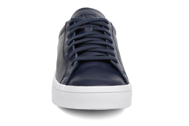 Deportivas Adidas Originals Court Vantage H Azul vista del modelo