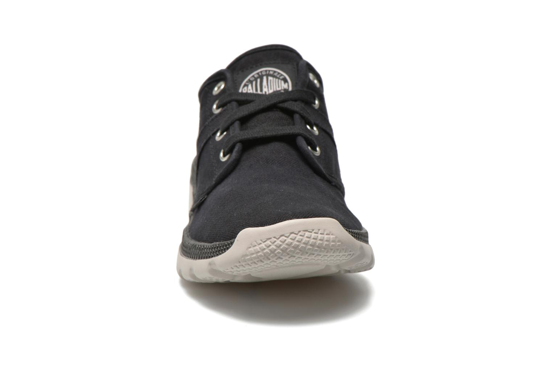 Sneakers Palladium Pallaville CVS Nero modello indossato