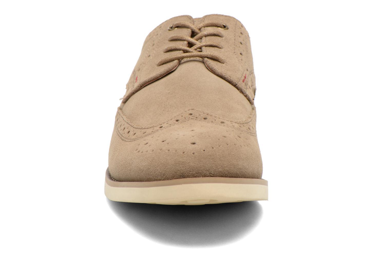 Zapatos con cordones Hush Puppies Fowler EZ Dress Beige vista del modelo