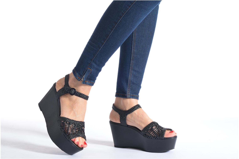 Sandalen What For Oak schwarz ansicht von unten / tasche getragen