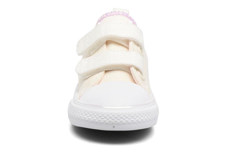 Sneakers Converse Chuck Taylor All Star 2V Ox Bianco modello indossato