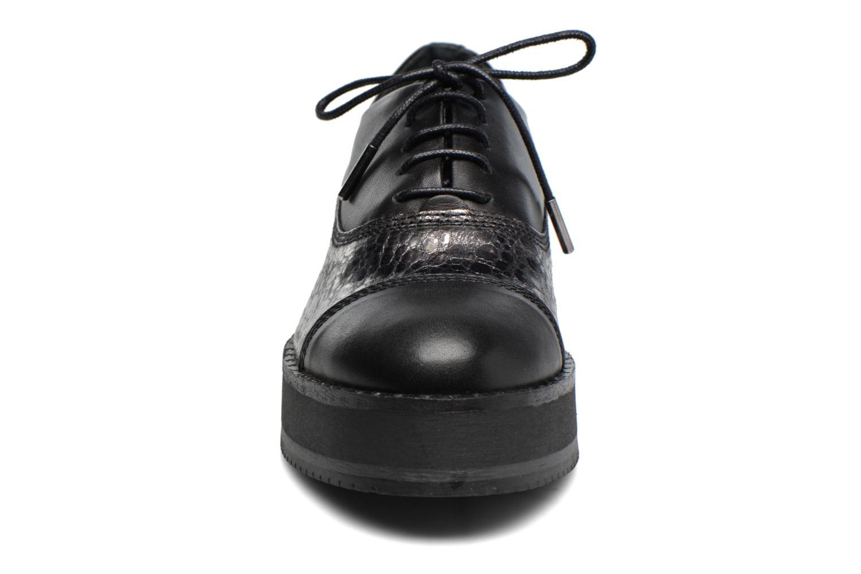 Scarpe con lacci Bronx Vino Nero modello indossato