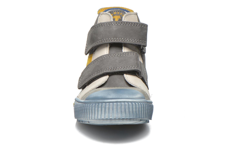 Baskets Babybotte Karavane Gris vue portées chaussures