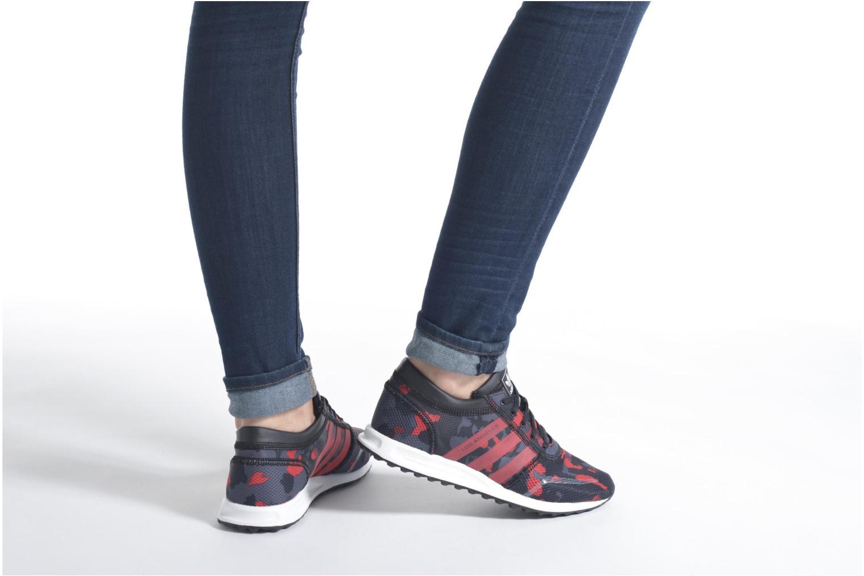 Sneaker Adidas Originals Los Angeles J schwarz ansicht von unten / tasche getragen