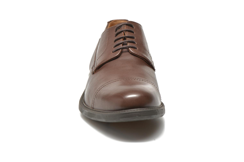 Chaussures à lacets Geox U CARNABY G U64W1G Marron vue portées chaussures