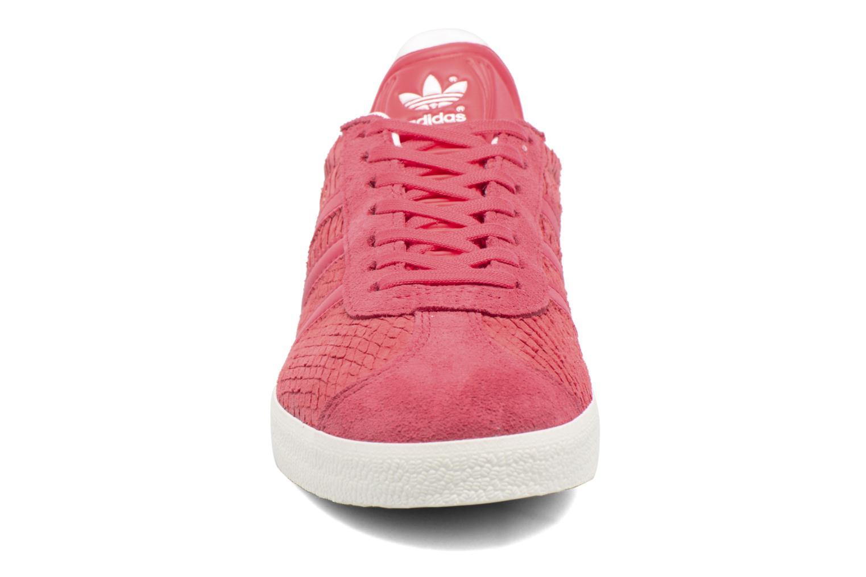 Sneakers Adidas Originals Gazelle W Rosso modello indossato