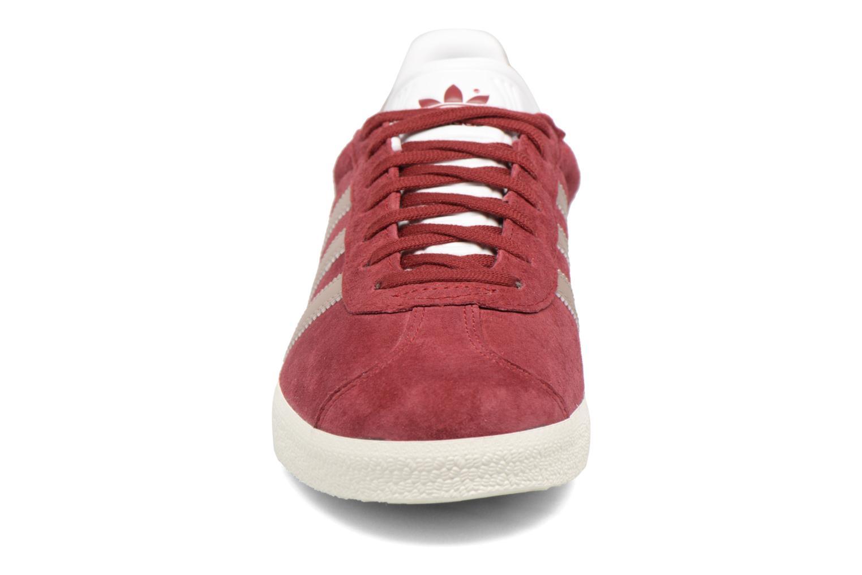 Sneakers Adidas Originals Gazelle W Bordò modello indossato