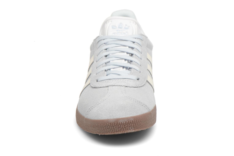 Baskets Adidas Originals Gazelle W Bleu vue portées chaussures
