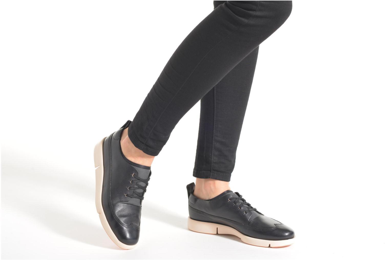 Chaussures à lacets Clarks Tri Nia Marron vue bas / vue portée sac