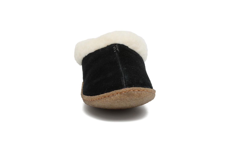 Pantuflas Sorel Nakiska Negro vista del modelo