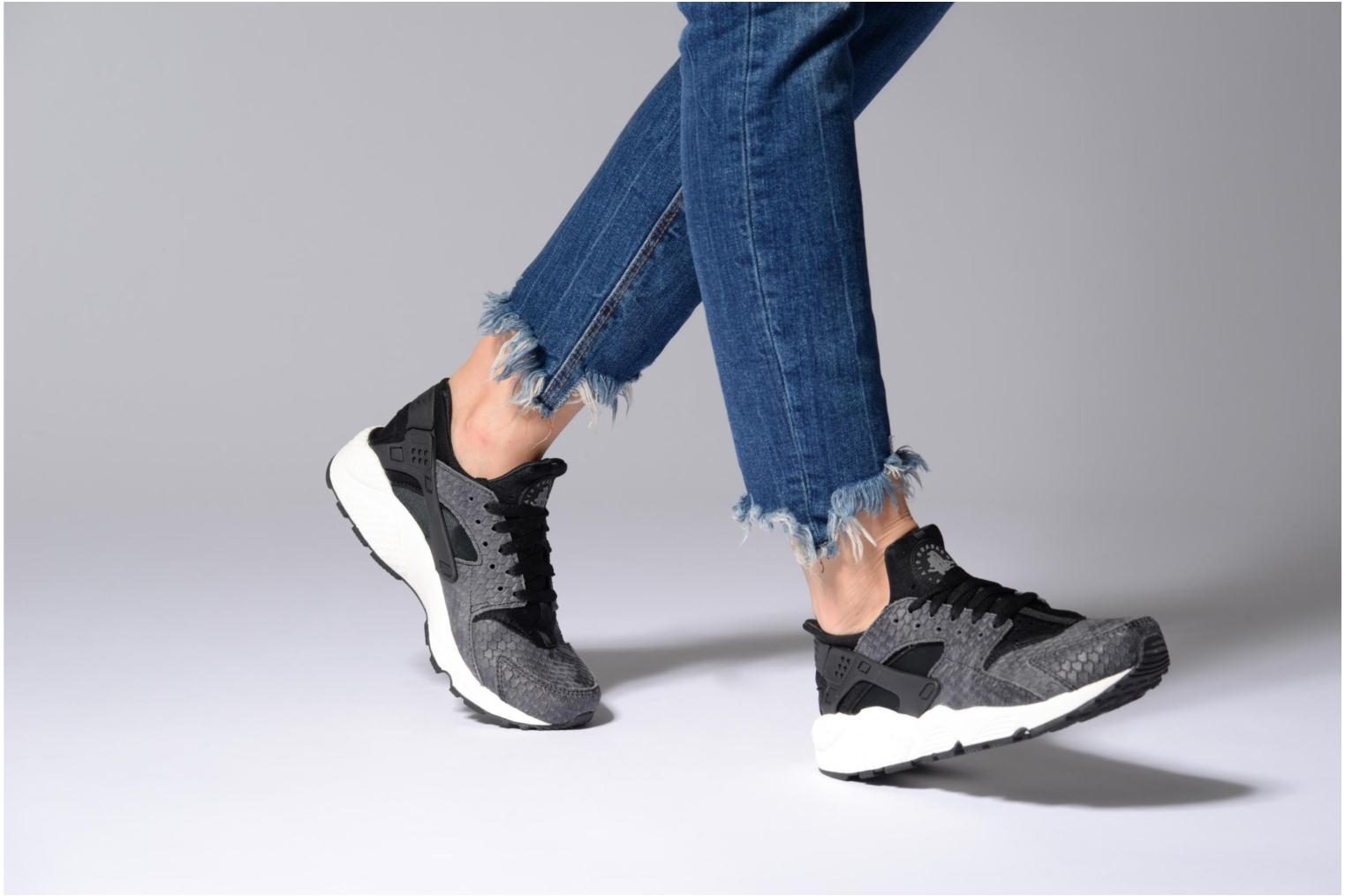 Trainers Nike Wmns Air Huarache Run Prm White view from underneath / model view