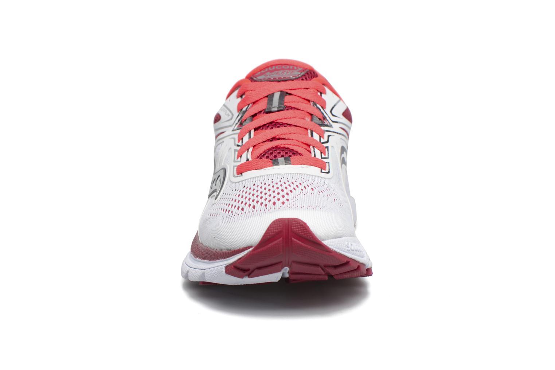 Chaussures de sport Saucony Swerve W Blanc vue portées chaussures