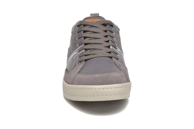 Sneakers TBS Blaster Grigio modello indossato